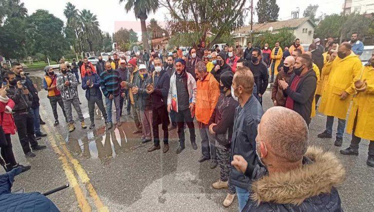 Турко-киприоты, работающие на Южном Кипре возобновляют свой протест